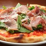 Pastorante OHANA - イタリア産生ハムと朝採れルッコラのピッツァです。大人気のピッツァ!
