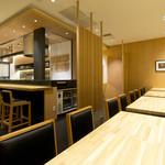 天ぷら新宿つな八 - カウンター席とテーブル席