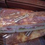 ブーランジェリー ソラハナ - BLTサンド¥220 ふっくらしたボリュームたっぷりのパンにベーコン・レタス・トマトをサンドした人気メニュー。バジルソースが味の決め手です。