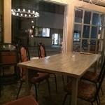 シェ・ドゥーヴル - 2人がけテーブルもあります