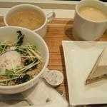 ナナズグリーンティ - とりそぼろどんぶり、味噌汁、ほうじ茶とくるみのタルト、ブレンドコーヒー