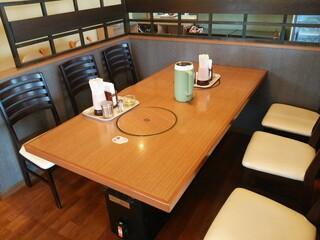 幸陽閣 - 店内 テーブルは焼肉店の名残のロースターテーブル