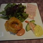レストラン エルカミーノ - 前菜の盛り合わせ 葉野菜 イカのリングイネ アボガドとえび ハムの組み合わせ