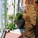 喫茶居酒屋のん - 玄関にちょっちした庭を配置