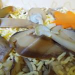 30833632 - 松茸が7枚きのこご飯の上に盛りつけられています