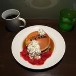 UTALO - パンケーキ いちごソースと生クリームとメープルシロップ。  焼印も素敵なパンケーキ。 おいしくいただきました!  (*´ڡ`●)