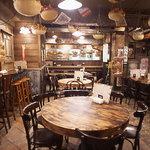えびす駄菓子バー - テーブル席とカウンター席の小さなお店。天井からつるしてあるザルカゴの中の駄菓子ももちろん食べ放題!