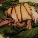 トラットリアチッチョ - キノコとベーコンのほうれん草サラダ インサラータ・フンギ