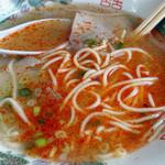 マルケン - 「ラーメン」ラー油で赤く染まったスープ