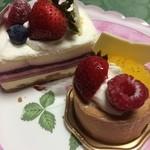 Souvenir - 紅茶とキャラメルのケーキとベリーのケーキ★       どちらも中が層になってて飽きません( ๑╹◟ ॢ ˂̶͈๑ )♡