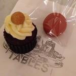 タブレス Echika 表参道店 - カップケーキ『ベルベット』\290-&マカロン『ラズベリーチョコ』\220-