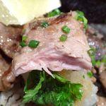 まぐろ 藤田 - 鮪ホホ肉のステーキ丼の断面