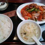 30848781 - 赤酢豚定食とサービス杏仁豆腐