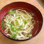 伸ちゃん - 一緒についてくるミニ沖縄そば。出汁が効いており、スープ的に楽しめる