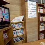 伸ちゃん - 壁側には漫画が多数。TVには上沼恵美子