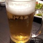 京庵 - オーダー後10分経過して出てきたビール。呑み放題のいみがありません。