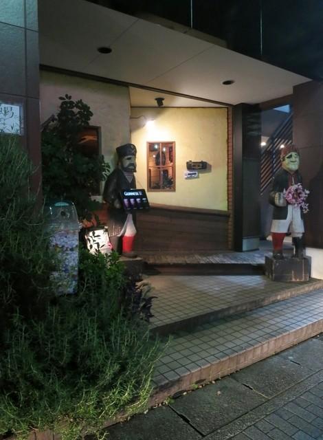 クルーズクォーターズ - こんな入口です。海賊の人形が目印。