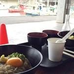 田子の浦港 漁協食堂 - 港の漁船を眺めながらの食事
