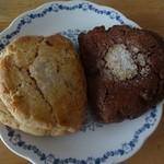 30855316 - クランベリーのスコーンとチョコレートのスコーン