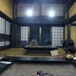 高森田楽の里 - 藁葺屋根の古民家を使った店内は囲炉裏を使って田楽を焼く本格的なスタイルです。