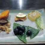 高森田楽の里 - 先ずは最初に前菜の盛り合せが運ばれてきました、田楽が焼けるまではこれをつついてビールをゴクリ。