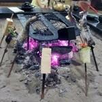 高森田楽の里 - 田楽やヤマメは囲炉裏の火を使って料理、出来あがりは店員さんが教えてくれます。
