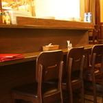 30860229 - カウンター席の他、テーブル席があり町屋の情緒溢れる雰囲気ながらもコースもあるトラットリア