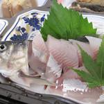 日田 鮎やな場 - 鮎の刺身。 身がプリプリです! 淡白なのにほんのり甘味があって美味しい。
