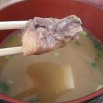 日田 鮎やな場 - 鯉こく。 鯉の身を味噌汁で煮た味噌煮込み料理。 荒炊き風ではなく、身オンリーなので、それほど川魚特有のクセを感じません。