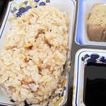 日田 鮎やな場 - 鮎めしとごま豆腐。 一度焼いた鮎のほぐし身を混ぜ込んだ鮎飯は、香ばしい風味もあって美味しいです。