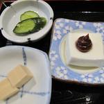吾亦紅 - セットに共通の漬物・小鉢の高野豆腐・葛豆腐。                             葛豆腐には甘味噌が添えられており、なめらかで弾力があり美味しかったです。