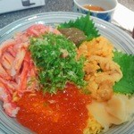山芳亭 - 海物語丼 カニみそが載ってます。