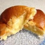 バックハウスイリエ クリームパン売り場 - 中はたっぷりのカスタードクリーム