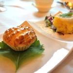 香桃 - 左:トマトとツブ貝のパイ  右:香菜と帆立の焼売