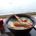 かにや - オホーツク海を眺めながら「かにや特撰海鮮塩麺 (1300円)」