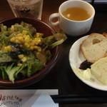 30874076 - 自家製フォカッチャ、バケット、サラダ、スープ