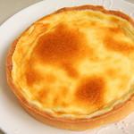 30877011 - ベイクドチーズタルトは濃厚な北海道産クリームチーズを使用し、チーズとレモンのハーモニーが楽しめる爽やかな一品