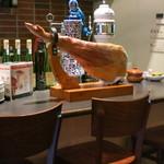 IRATY - カウンターの上にもハモンセラーノ。テーブル2つとカウンター数席のこぢんまりしたお店。