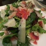 IRATY - チーズとハモンセラーノのサラダ、新鮮な野菜がおいしい!