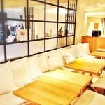 24/7 café apartment - お子様と一緒にご利用頂ける片側がベンチソファのお席もございます。