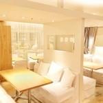 24/7 café apartment - 白いクッションも沢山あり、抱えればまるで自宅のように落ち着きます。