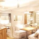 24/7 café apartment - 店内中央には半個室席があり、お喋りに最適です。