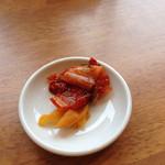 30889791 - 漬物は四種類で食べ放題です。                       キムチは辛めでした。