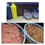 明石焼 くくる - テーブルには「青のり」「生姜」「削り鰹」「ソース」「マヨネーズ」が置かれています。