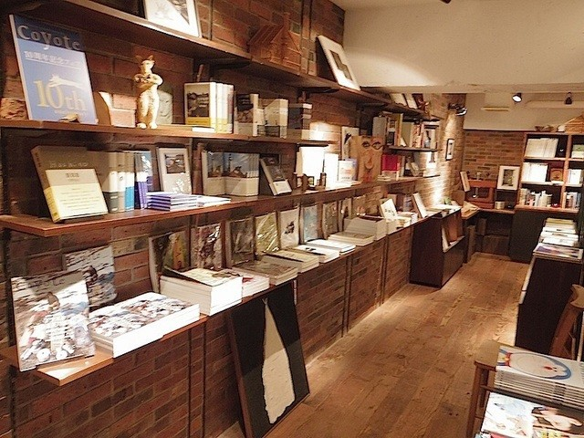 Rainy Day Bookstore & Cafe - 本や雑誌も読めたり購入できます。