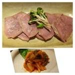 神楽 - ◆おつまみ牛タン(580円)・・茹でた牛タンを味噌で寝かした品。つまみに最適。 ◆キムチ(400円程度だったかしら)・・程よい漬け加減で美味しいキムチです。
