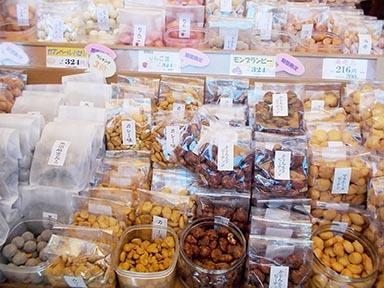 鎌倉まめや 小町通り店 - 店頭の豆の試食たち