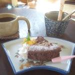 実家カフェ - ガトーショコラとコーヒー。右奥は砂糖とミルク