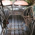 30898369 - テラス席の奥は足踏みミシンがテーブルに!今はなきシンガーミシン♪