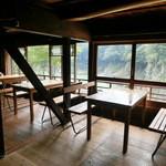 瀞ホテル - 瀞郷を見下ろす絶景の席は、テーブル×3+ペアシート?×2の設定。